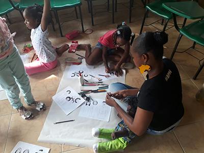 jóven afrocolombiana colorea dibujos afro
