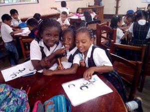 niños y niñas trabajan con herramientas pedagogicas sobre la afrocolombianidad
